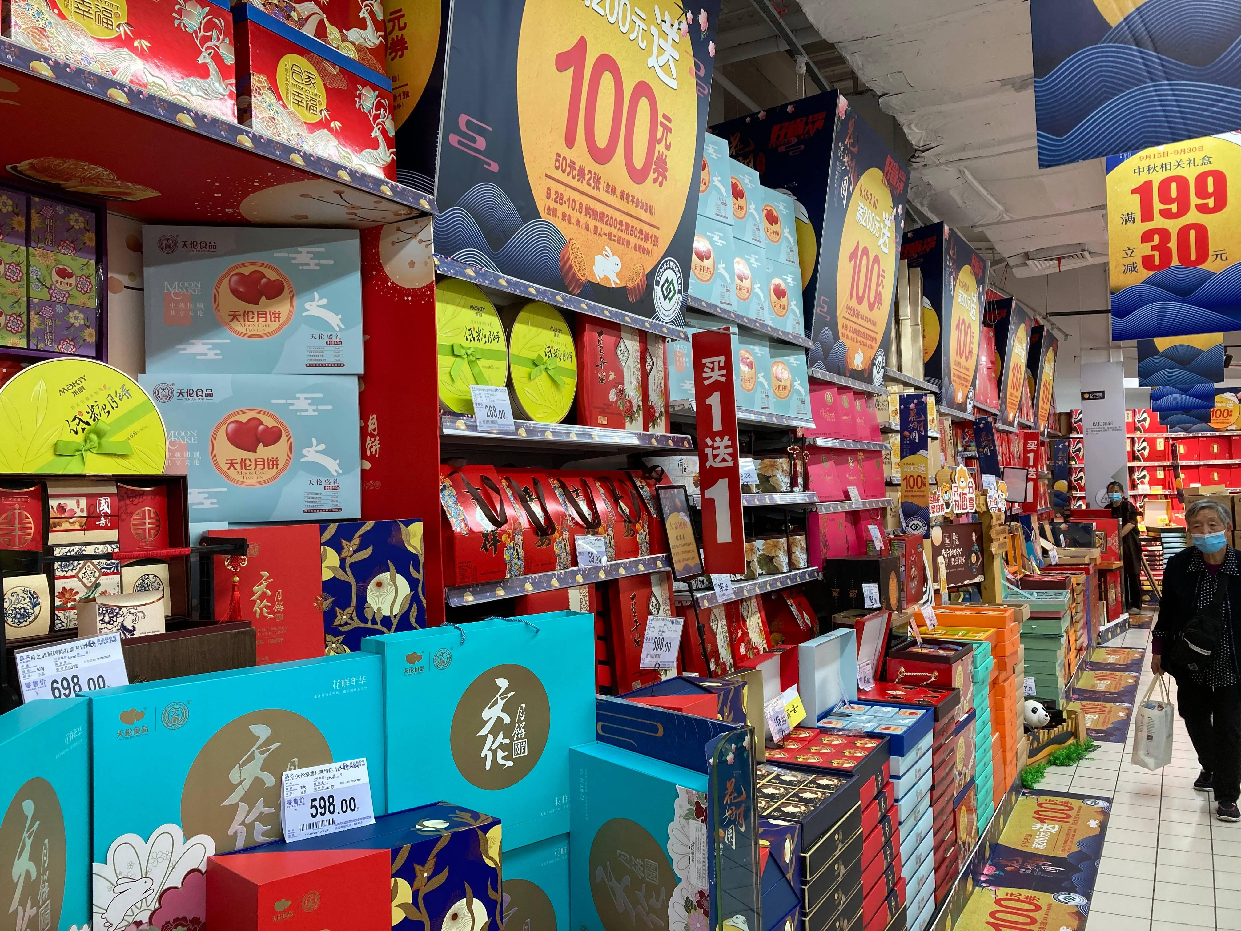 Como os panetones, os moon cakes neste período festivo do ano pode ser encontrado em hipermercados, butiques, lojas especializadas e caseiros.