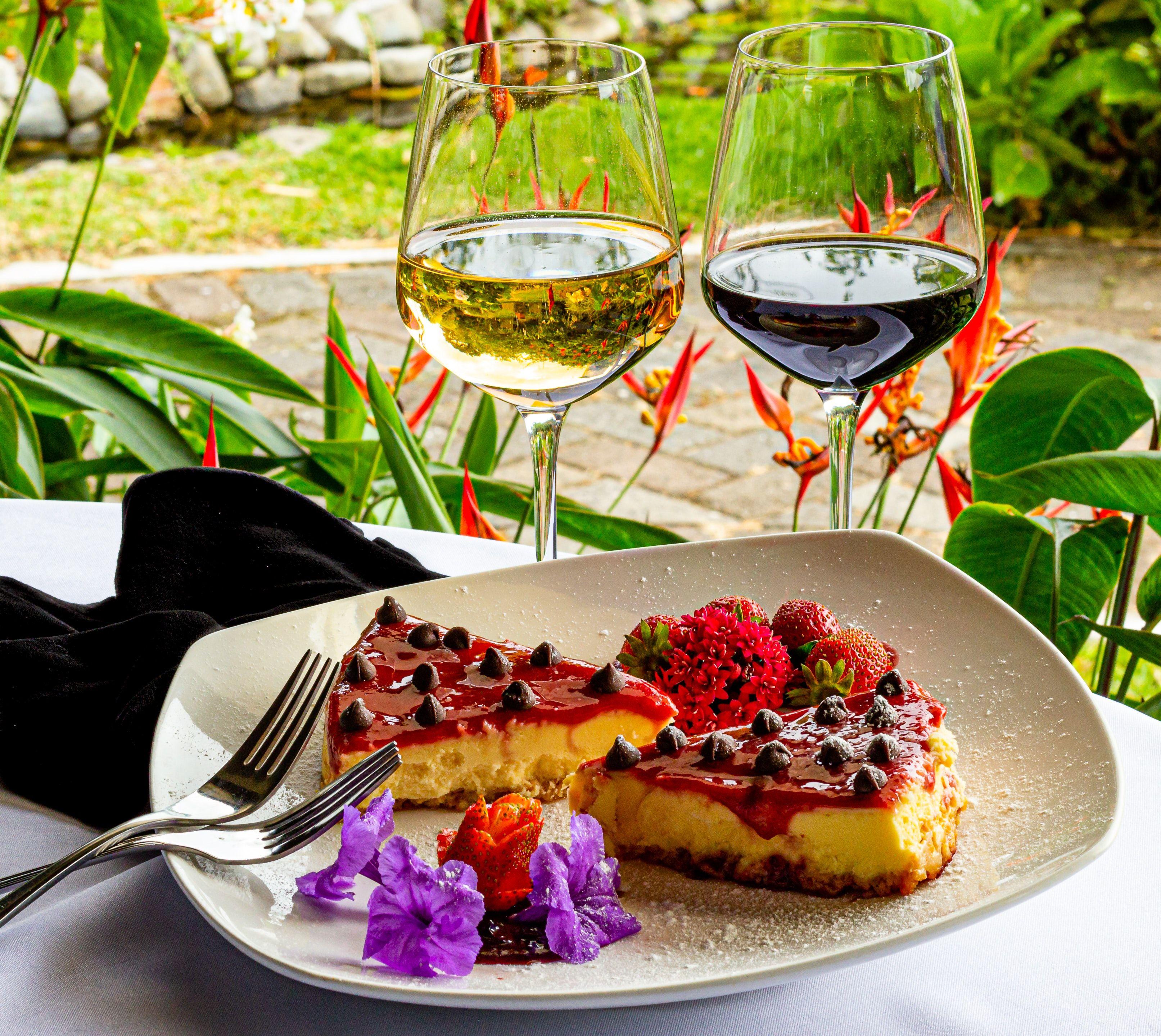 Alguns vinhos de sobremesa harmonizam bem com pratos doces. Foto: Fran Hogan/Unsplash