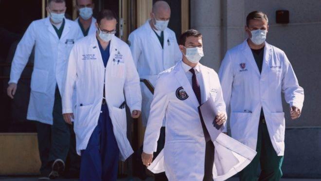 O médico da Casa Branca Sean Conley e a equipe que está atendendo o presidente americano no hospital militar Walter Reed. Donald Trump foi internado após ser diagnosticado com Covid-19