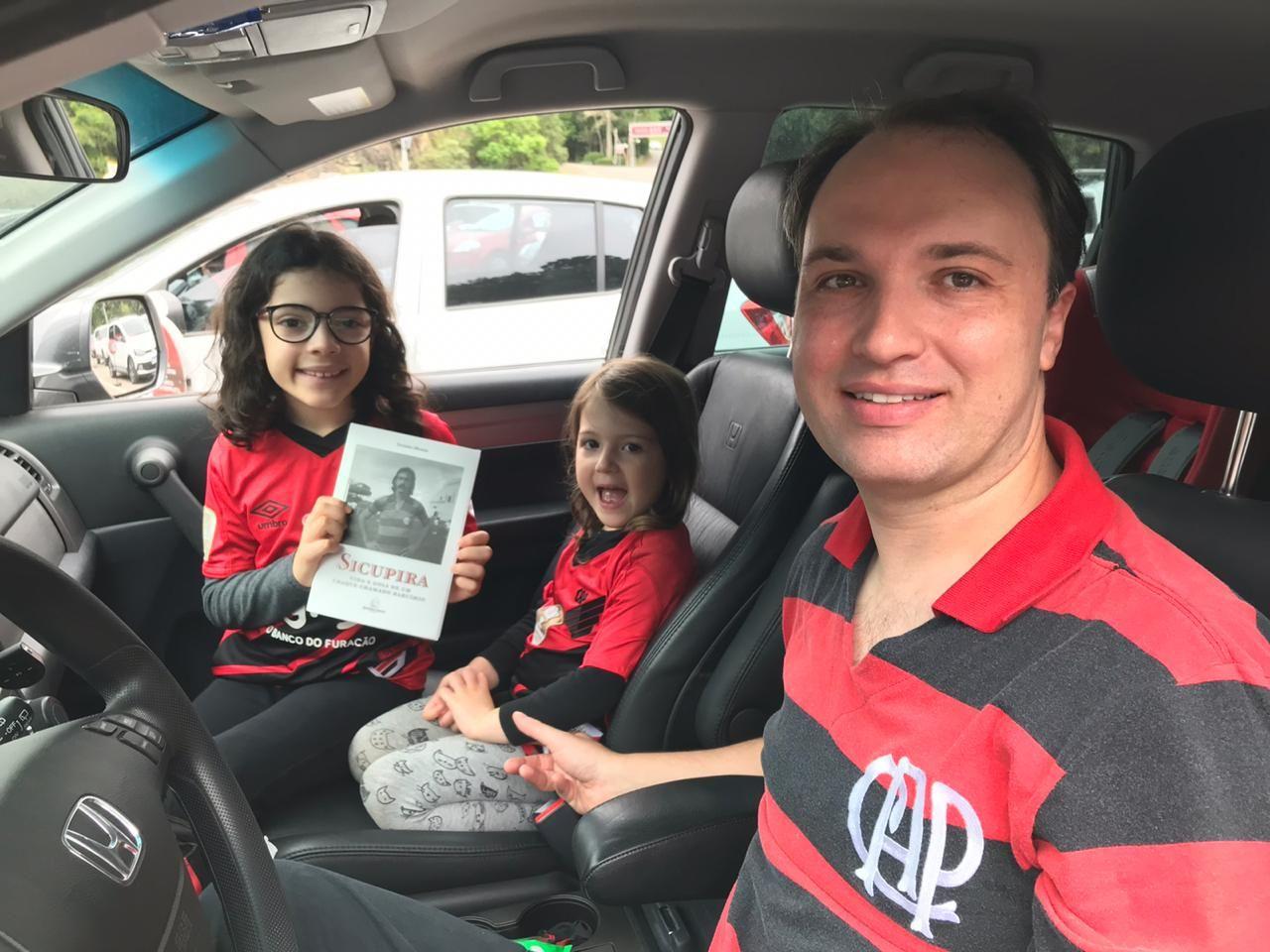 Marçal Justen, torcedor do Athletico, levou as filhas Clara e Alice para o lançamento.