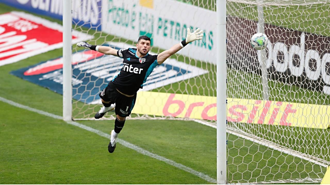 Tiago Volpi não alcançou o chute de Robson