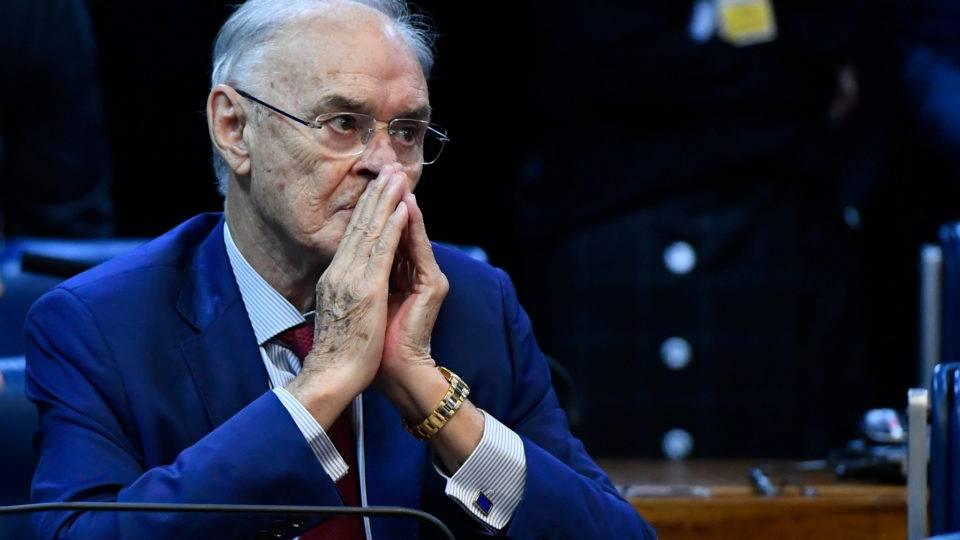 Senador Arolde de Oliveira criticava isolamento social e dizia que Covid era vírus chinês