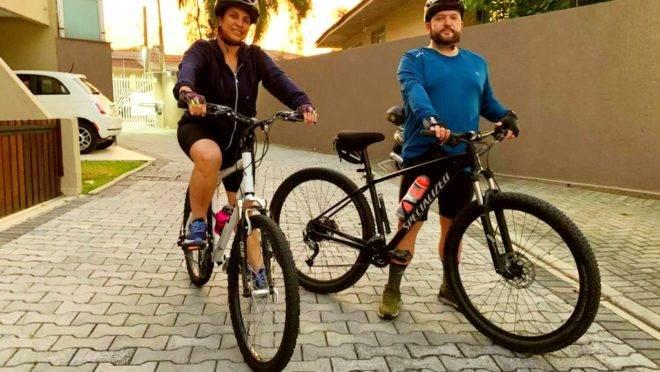 Na pandemia, Rodrigo trocou a bicicleta e passou a pedalar quase todos os dias. Nos últimos dois meses, a esposa, Melissa, o acompanha nos passeios. Foto: Arquivo pessoal