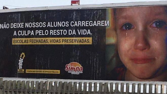 Outdoor do Simpa, em Porto Alegre: criança chorando por, supostamente, ser culpada de mortes por contágio do coronavírus.