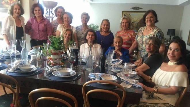 Elas fazem parte de um grupo de formandas da década de 1960, do Colégio Sion, em Curitiba e semanalmente se encontram