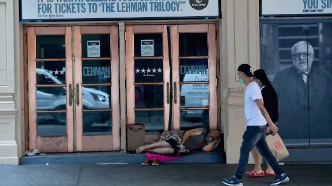 Desabrigado dorme em frente a um teatro fechado na Broadway, em Nova York.