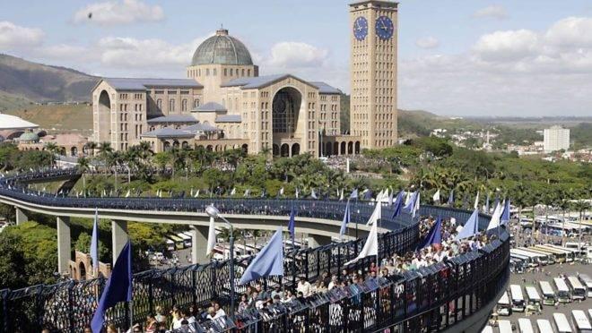 Basília de Aparecida recebe mais de 12 milhões de fieis por ano. Foi construída a partir de 1947 com arquitetura monumental. Foto: Reprodução / Santuário de Aparecida