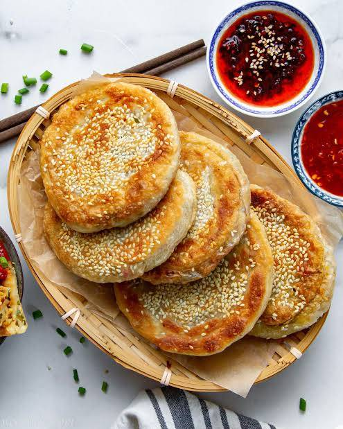 Pra hoje, pães recheados crocantes com carne bovina, cebolinha e pimenta de Sichuan.