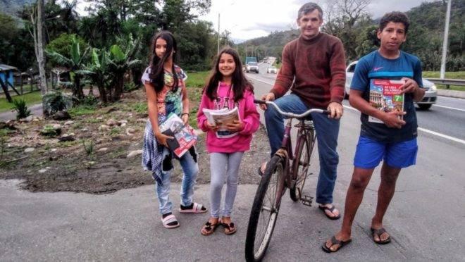 Edemilson Wielgosz pedala 28 km entre Guaratuba (PR) e Garuva (SC), onde fica o colégio em que os filhos estudam.