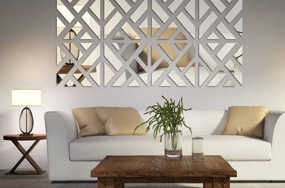 O espelho adesivo é ideal para quem deseja mudar a decoração sozinho, mas, por ser de acrílico, exige atenção quanto à qualidade do material