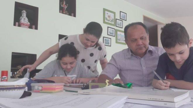 Katya e Luiz precisaram fazer o acompanhamento das atividades remotas para auxiliar os dois filhos.