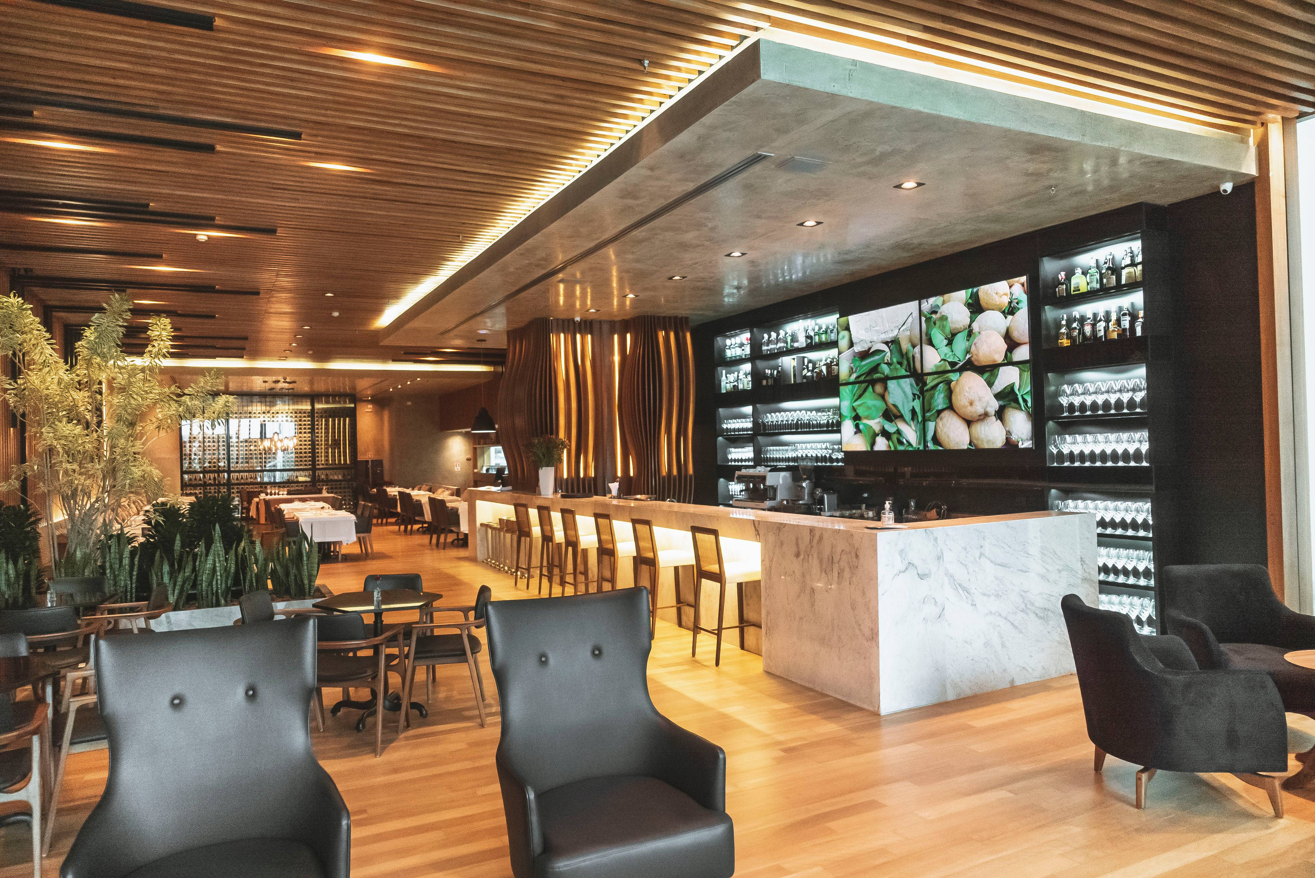 O novo La Varenne, remodelado. O bar no canto e o espaço do salão mais amplo.