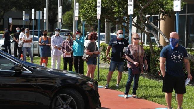Eleitores aguardam na fila a sua vez de entregar cédulas que serão enviadas pelo correio antes das eleições de 3 de novembro nos EUA, em Doral, Flórida, 14 de outubro