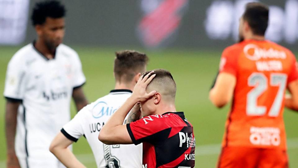 Athletico leva gol no último minuto e entra na zona do rebaixamento