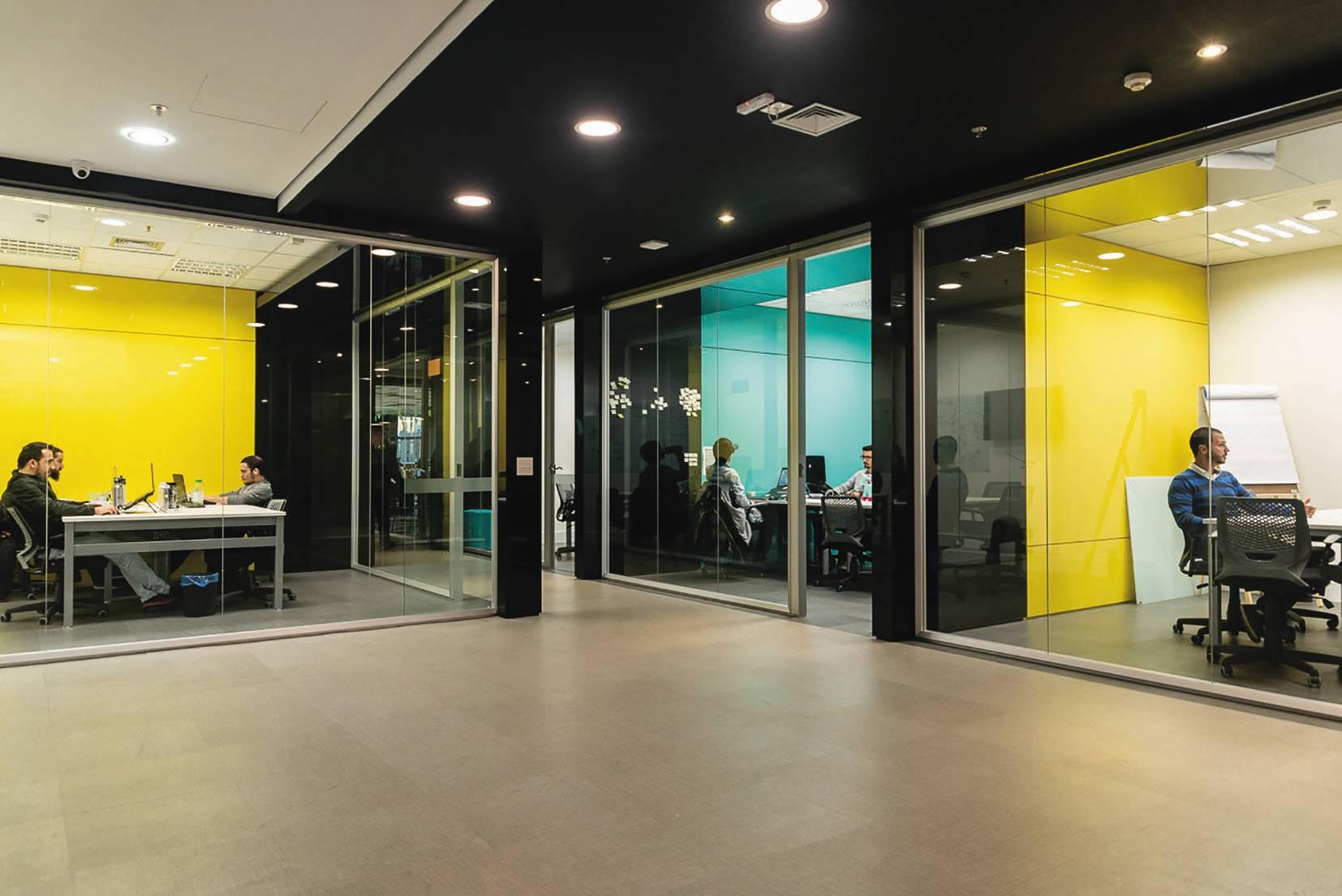Distrito CWB, que funciona no prédio da FAE, liga as demandas das corporações tradicionais às inovações digitais.