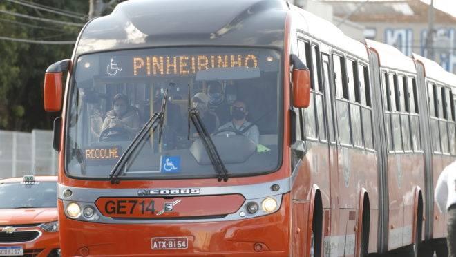 Imagem de ônibus circulando em Curitiba