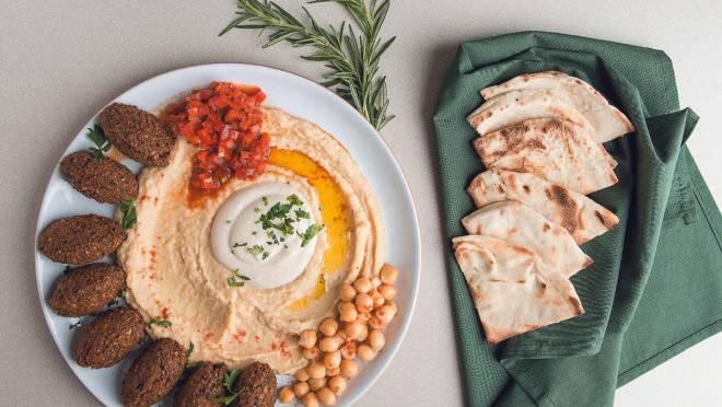 Opção vegana do novo cardápio, Falafel com homus, taratour e molho picante de tomate.