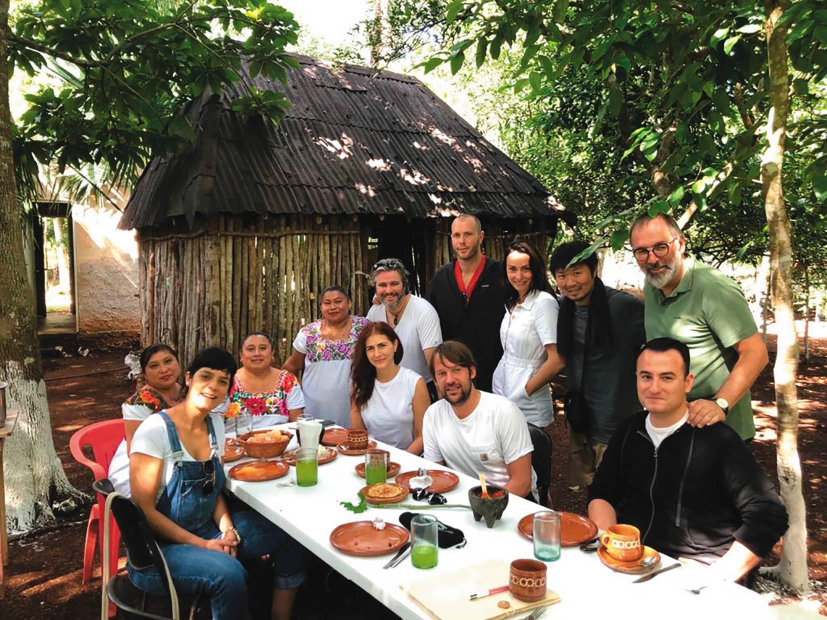 Manu durante evento no México, em 2019, com o chef René Redzepi, do Noma (ao centro). Foto: Arquivo Pessoal