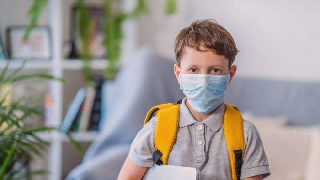 Crianças com algumas doencas de base ou em alguns tratamentos não podem frequentar a escola tão logo seja reaberta.