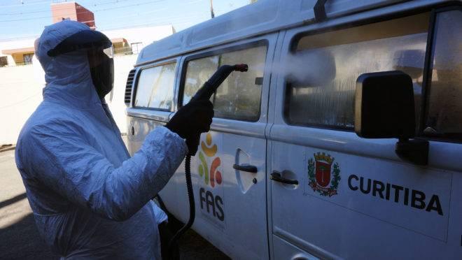 Higienização de veículo da prefeitura de Curitiba contra o coronavírus