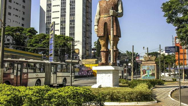 Estátua do bandeirante Borba Gato no bairro de Santo Amaro, em São Paulo