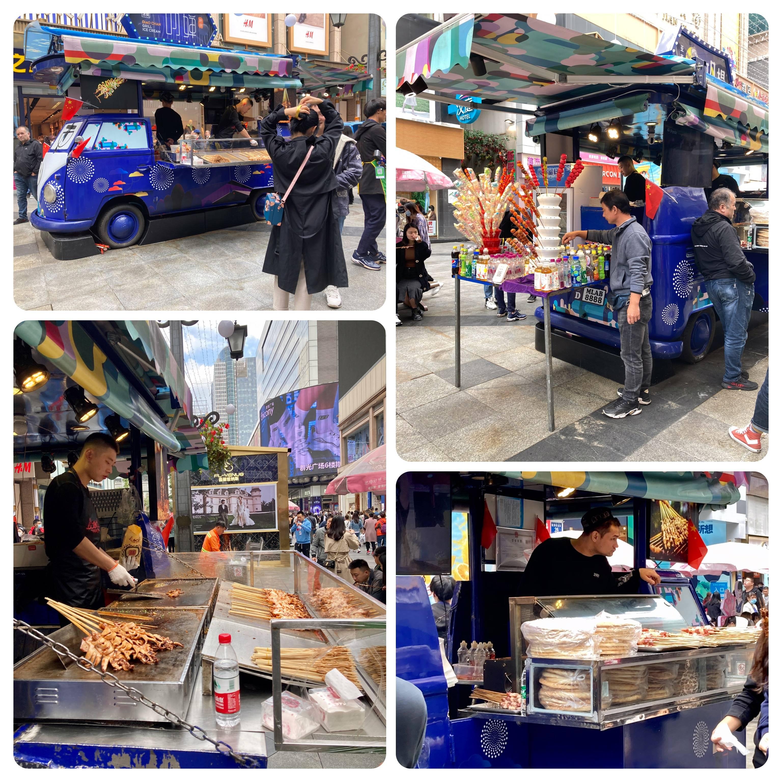 Nesta Kombi em um dos lados espetinhos, do outro lanches e pão árabe, atras sobremesa. 3 empreendedores compartilhando o mesmo espaço.