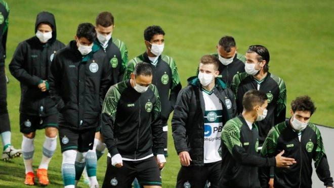 Jogadores do Coritiba na partida contra o Santos