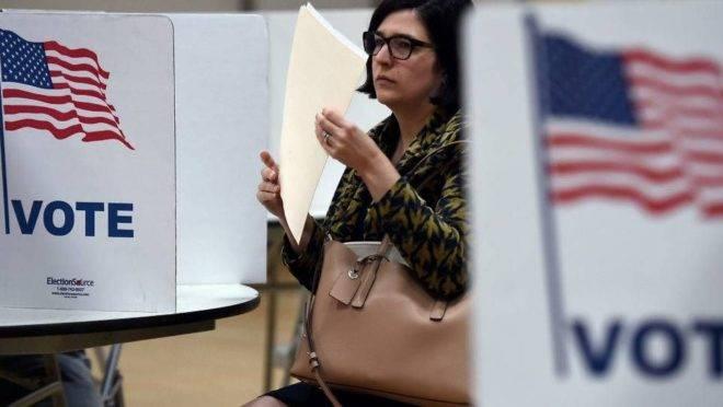 Eleitora vota nas primárias presidenciais da Virgínia, em março de 2020 (Foto: Olivier DOULIERY/AFP)