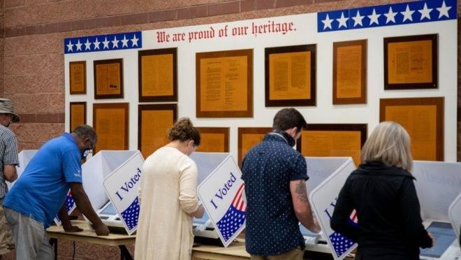 Eleitores votam antecipadamente em North Charleston, Carolina do Sul, 16 de outubro