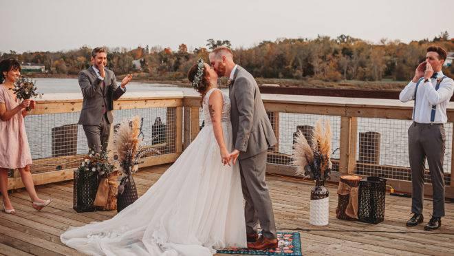 O casal improvisou um altar no cais de St. Stephen, no Canadá e precisou de uma liberação oficial para que o evento acontecesse