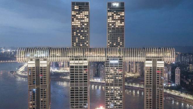 O design do Raffles City Chongqing busca celebrar a história da cidade, ao mesmo tempo que se adapta a sua paisagem montanhosa