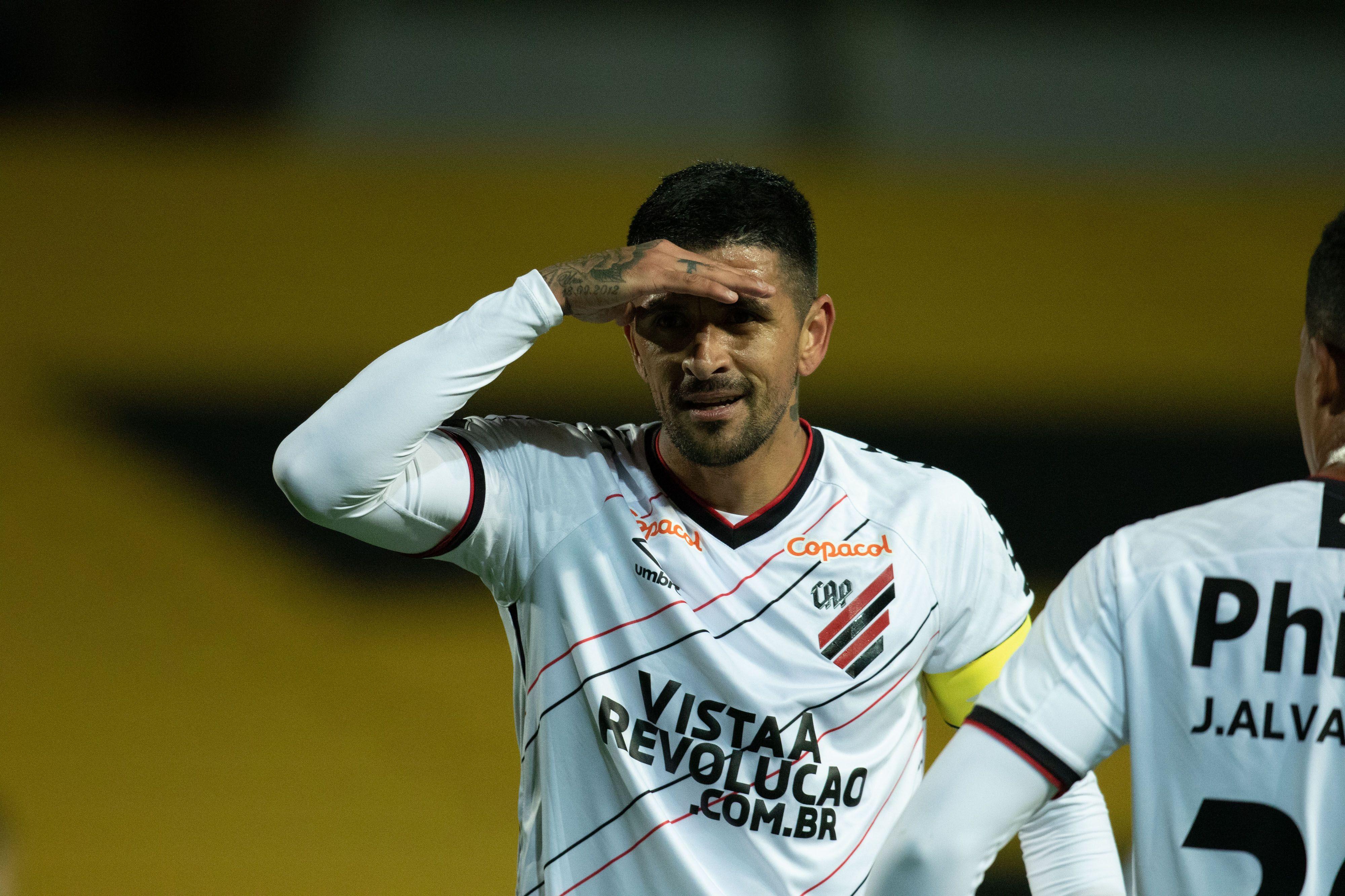 Lucho González fez o gol de empate do Furacão.