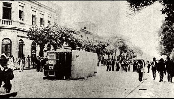 """<a rel=""""noreferrer noopener"""" href=""""https://acervo.oglobo.globo.com/incoming/revolta-da-vacina-22296384"""" target=""""_blank"""">Marianno da Silva. Aspecto da Praça da República no dia 14 de novembro de 1904 / Acervo Fiocruz</a>"""