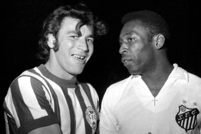Tião Abatiá ao lado de Pelé. Coxa-branca brilhou e marcou o gol da vitória | Arquivo Gazeta do Povo