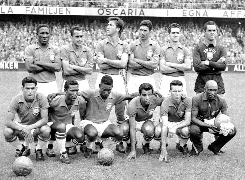 """Pelé """"namora"""" a bola antes de jogo na Copa de 1958: o nascimento de um rei. Crédito: Arquivo/CBF"""