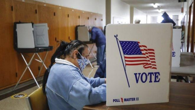Eleitores votam de forma antecipada na prefeitura de Kenosha, Wisconsin.