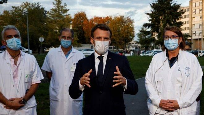 O presidente da França, Emmanuel Macron, fala com a imprensa sobre as medidas para conter novo avanço do coronavírus no país. Foto de 23 de outubro de 2020.