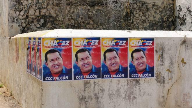 Cartazes eleitorais com a foto de Hugo Chávez