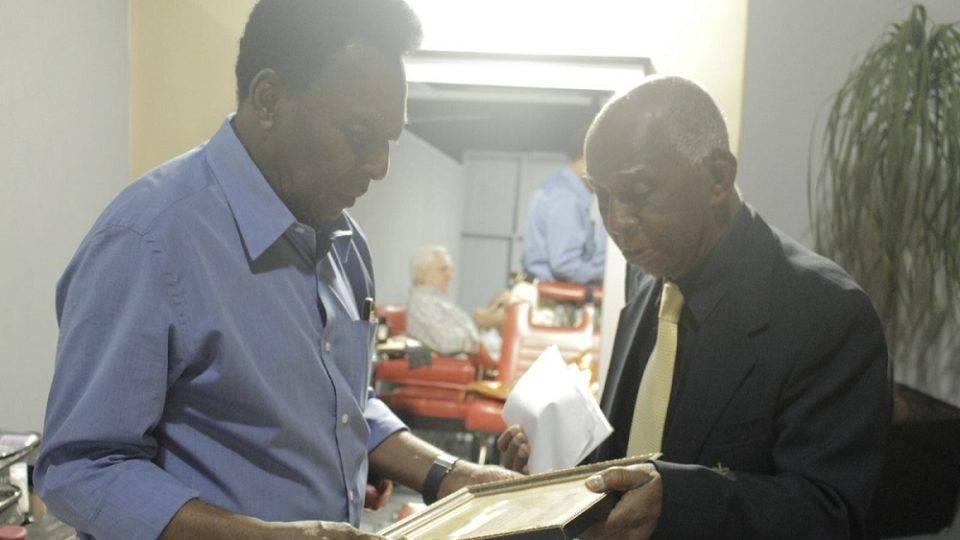 O dia que Pelé ganhou de um senhor de 92 anos o único prêmio que não conquistou