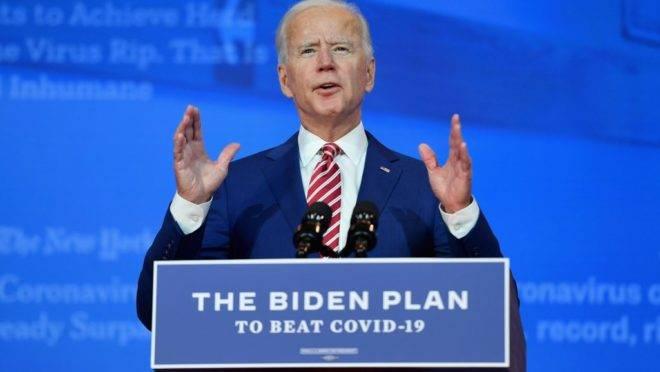 O candidato presidencial democrata e ex-vice-presidente Joe Biden faz comentários sobre a Covid-19 no teatro The Queen em 23 de outubro de 2020 em Wilmington, Delaware.