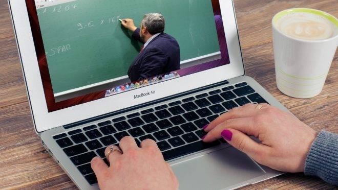Aumento na busca pelo ensino a distância mostra interesse na educação, mas modalidade também pode significar precariedade na formação.