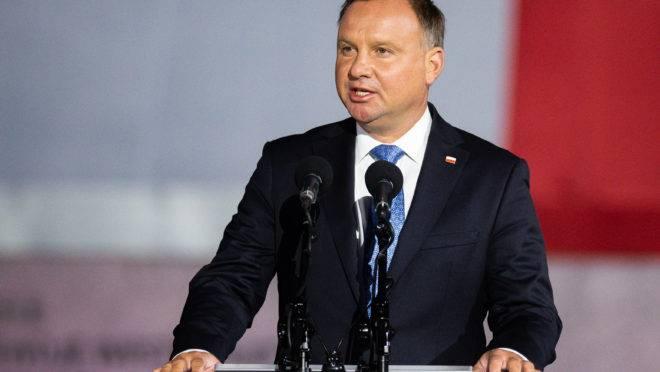 Em meio a novo surto de Covid-19, o presidente polonês  Andrzej Duda foi diagnosticado com Covid-19.