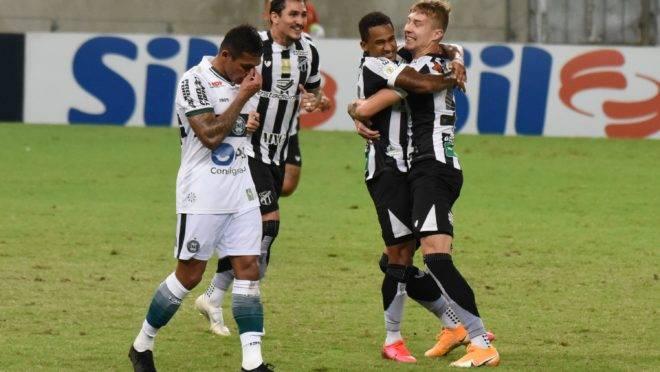Eduardo, do Ceará, comemora o gol da virada sobre o Coritiba.