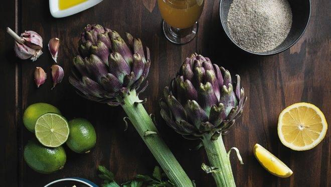 Três partes da alcachofra podem ser consumidas frescas: a base das pétalas, o coração e o miolo do caule.