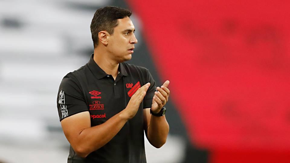 Atual campeão, Athletico foca em estreia consciente dos problemas no ataque