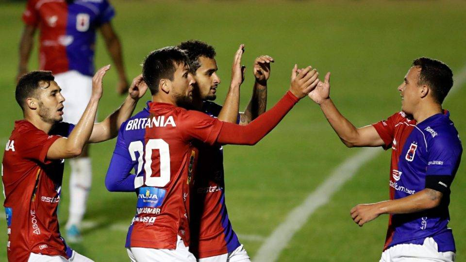 Paraná goleia lanterna, volta a vencer após sete jogos e cola no G4