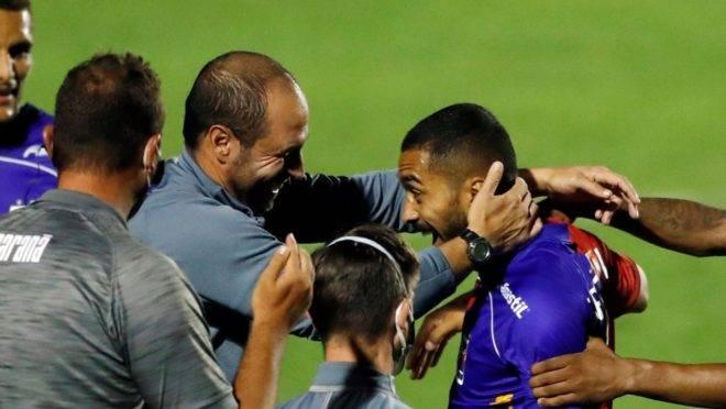 Paulo Henrique comemora gol com o técnico Allan Aal.