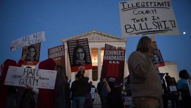 Pessoas se reúnem para protestar em frente ao Capitólio dos Estados Unidos, em 26 de outubro de 2020.