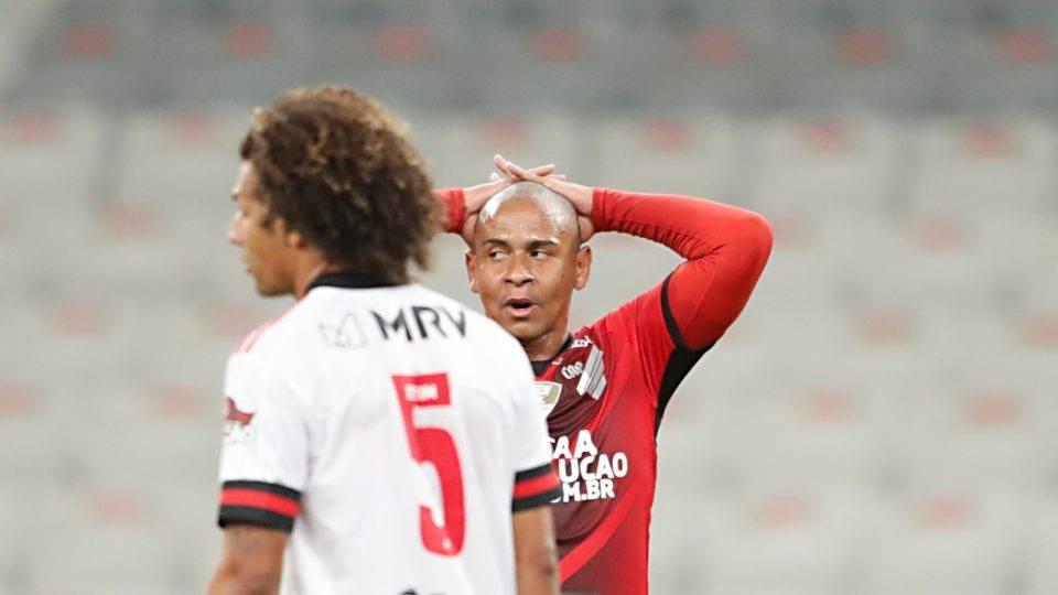 Com pênalti desperdiçado, Athletico perde do Flamengo e sai atrás nas oitavas