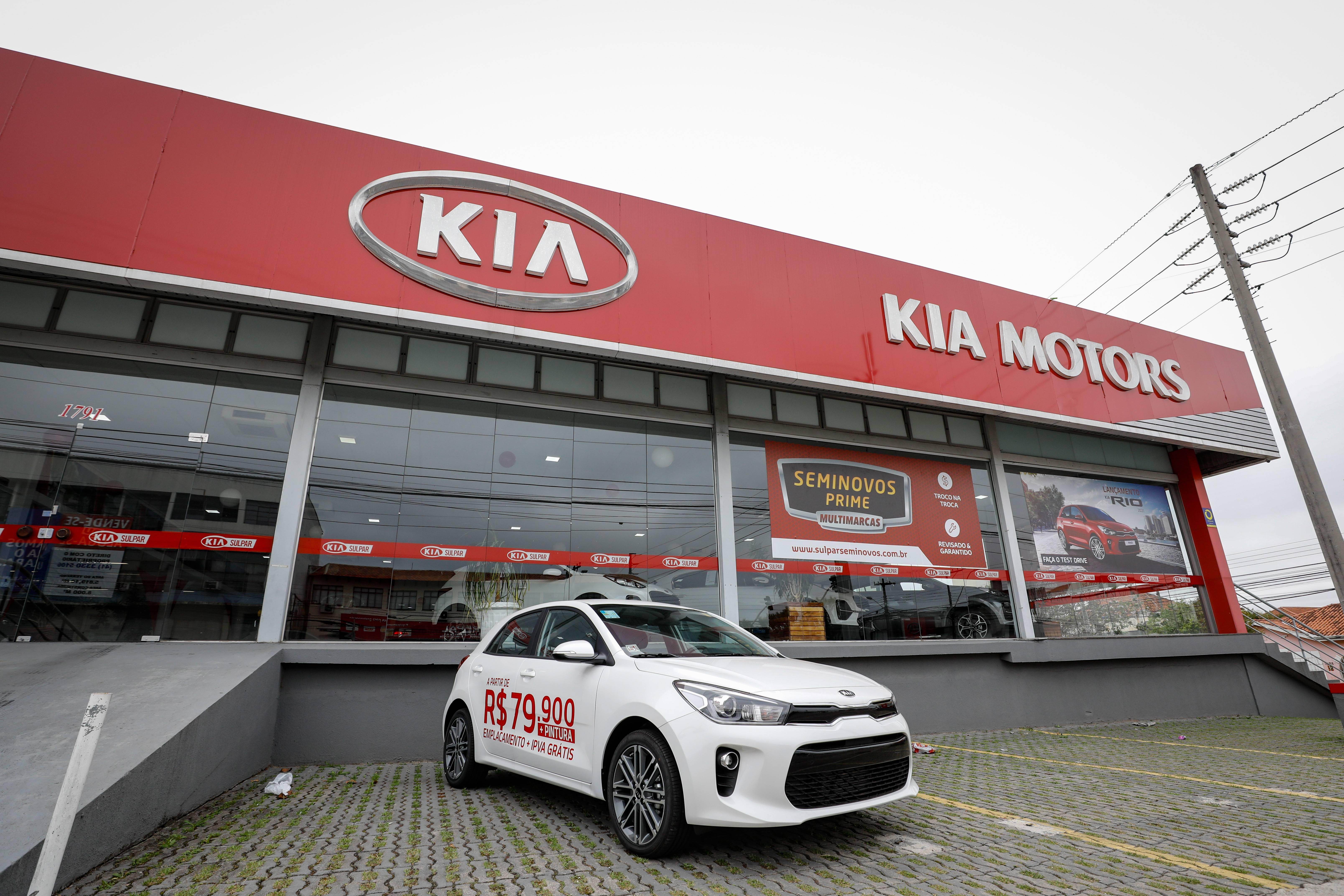 Hatch Rio exposto em frente à concessionária Kia Sulpar, em Curitiba